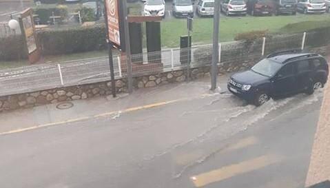 Une route inondée à Vallauris, ce dimanche 20 octobre.