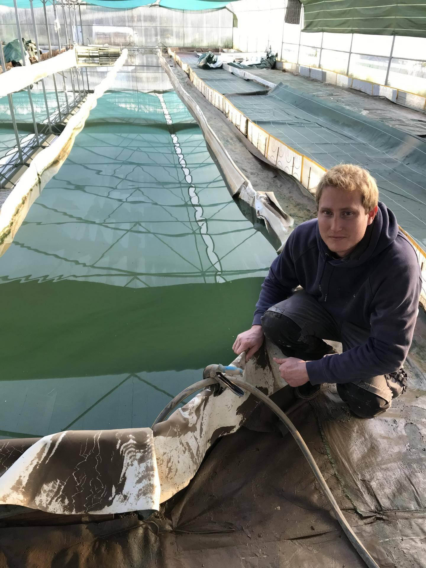 Geoffroy Lenoir devant ses bassins remplis de boue.