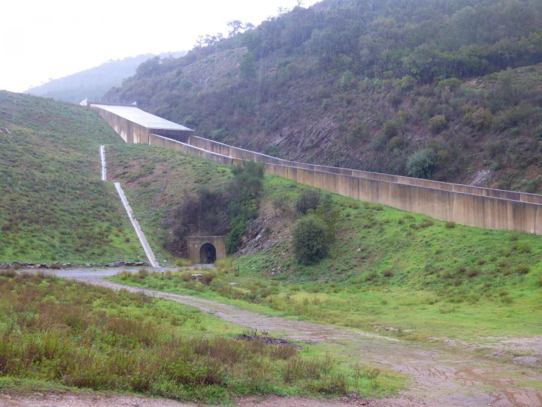 L'évacuateur de crues est situé sur le côté du barrage. Il permet d'évacuer son trop-plein quand la cote maximale est atteinte, ce qui n'a pas été le cas lors du dernier épisode méditerranéen.