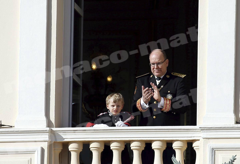 Le prince héréditaire Jacques et son père, le prince Albert-II sous les applaudissement de la foule