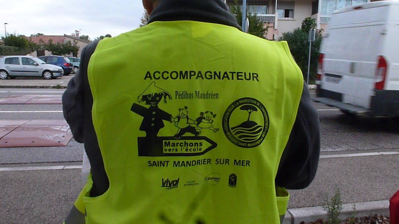 Les accompagnateurs bénévoles sont parfaitement visibles avec leur gilet jaune fluo.