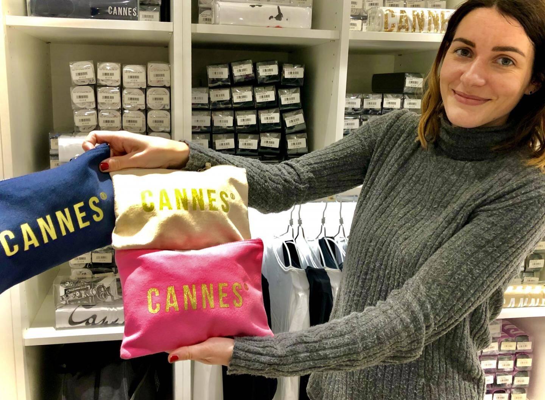 """Incontournables, les mugs à l'effigie de Cannes sérigraphiées dans un esprit """"Belle époque"""". 15e."""
