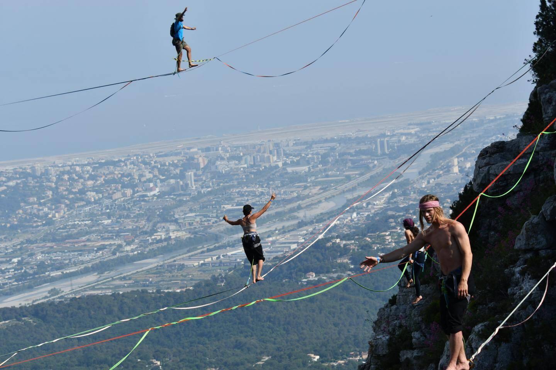 Les funambules marchaient à 300 mètres de haut.(DR)