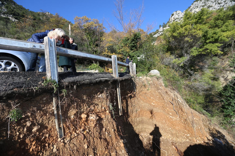 La force de l'eau a provoqué l'effondrement du bord du talus qui soutenait la route.