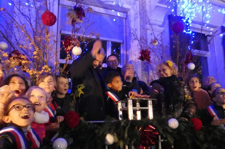 Les enfants ont été émerveillés lors de l'activation des illuminations par le maire et un jeune élu.