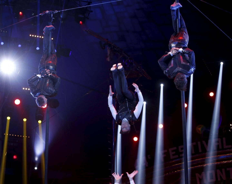 Défiant la gravité au plus haut de leurs mâts chinois, la troupe The Bingo Five Boys a reçu un Clown de bronze.