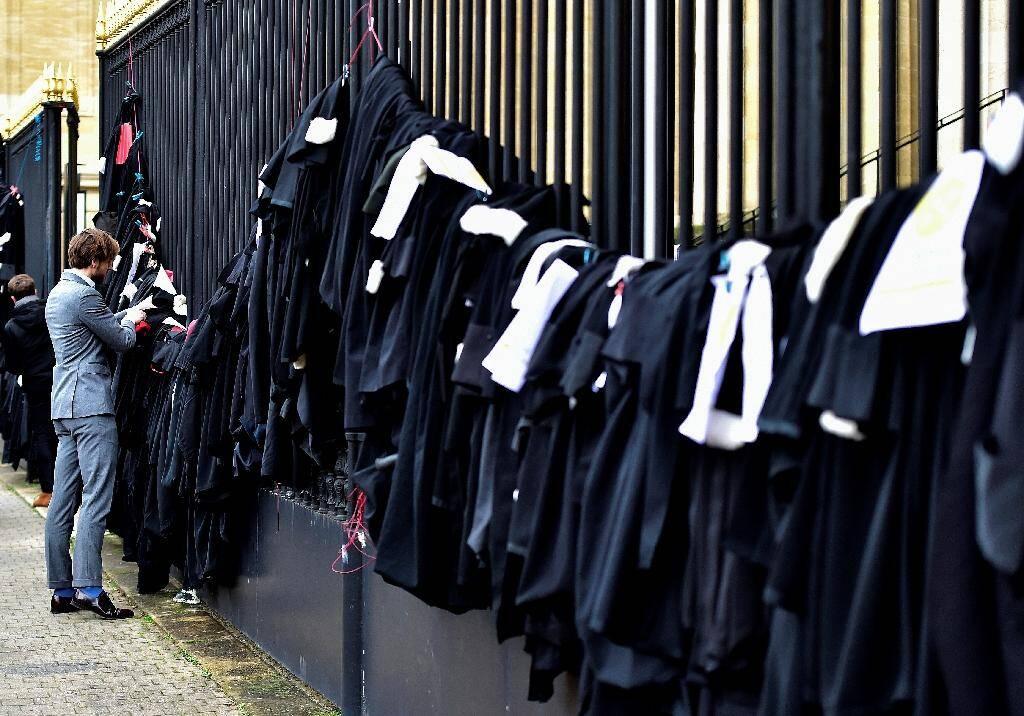 Des avocats opposés à la réforme des retraites rendent symboliquement leurs robes le 17 janvier 2020 à Bordeaux.