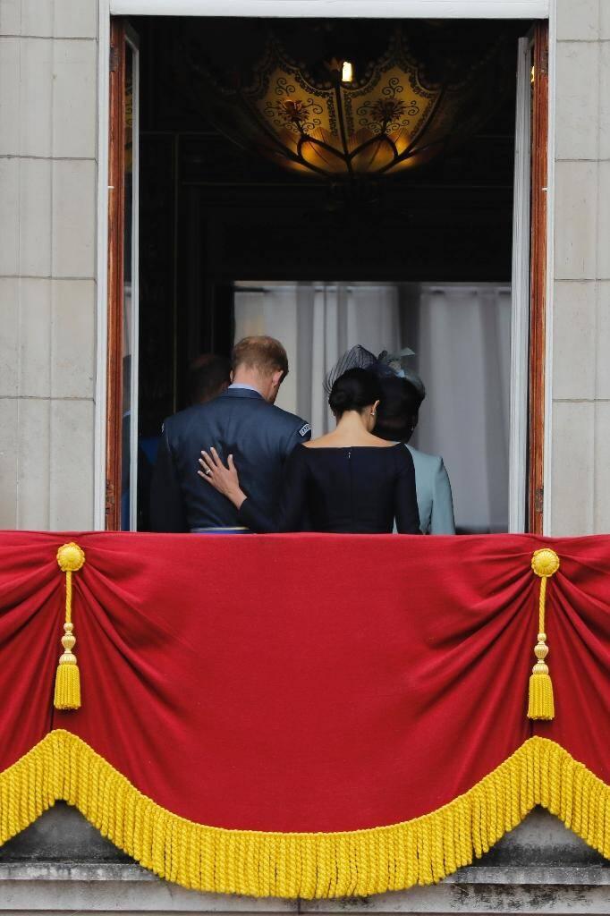 Le prince Harry et son épouse Meghan quittent le balcon de Buckingham Palace d'où ils ont assisté à une parade aérienne pour le centenaire de la Royal Air Force, à Londres le 10 juillet 2018