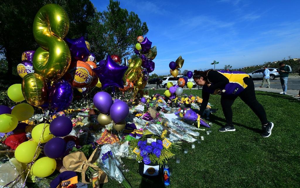 Des fans en deuil sont venus déposer fleurs et ballons à la mémoire de Kobe Bryant devant le lotissement privé où la légende du basket habitait à Newport Beach, au sud de Los Angeles