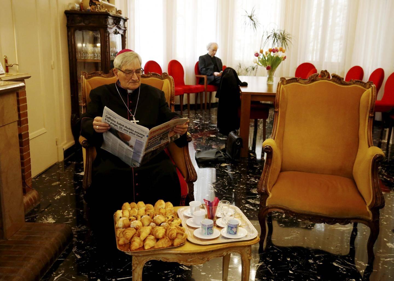 9h30: les évêques arrivent un à un dans le séjour de l'archevêché, accueilli par Mgr Barsi et son vicaire général Mgr Guillaume Paris. Cafés et viennoiseries sont proposés. Alors, en attendant ses homologues et les vicaires généraux, Mgr Christophe Dufour, archevêque d'Aix-en-Provence et d'Arles, lit le journal.