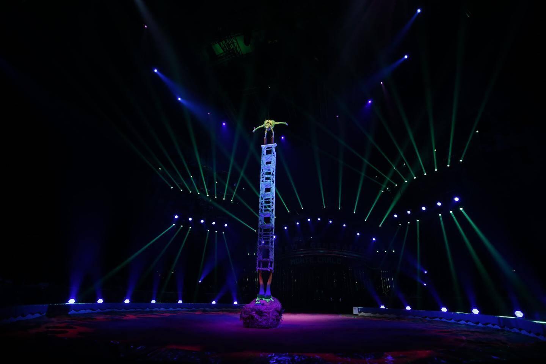 L'une soutient en bas un empilement de chaises sur lequel l'autre enchaîne les pirouettes : le numéro d'antipodistes des jeunes artistes de la troupe acrobatique de Anhui est spectaculaire.