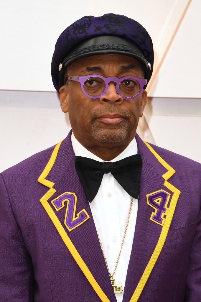 Le réalisateur Spike Lee a rendu hommage au défunt basketteur Kobe Bryant en arborant un smoking violet et jaune, couleurs de son équipe des Lakers, frappé du numéro 24 sous lequel il jouait