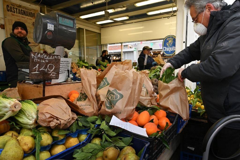 Un marché à Rome, le 10 mars 2020
