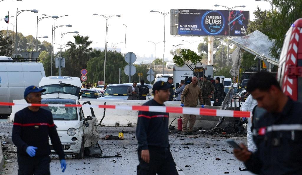 Policiers et pompiers sur le site du double attentat suicide contre l'ambassade américaine à Tunis, le 6 mars 2020