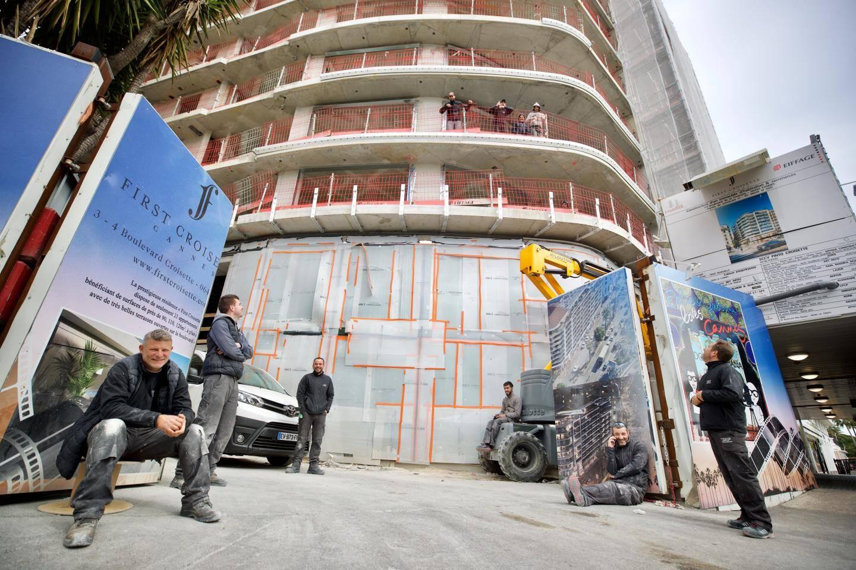 Sur le chantier du First Croisette, un immense immeuble de huit étages qui se bâtit face au palais des Festivals, des ouvriers hilares. À l'étage avec vue imprenable, les voilà qui entonnent la Marseillaise, font coucou aux riverains des immeubles voisins confinés.