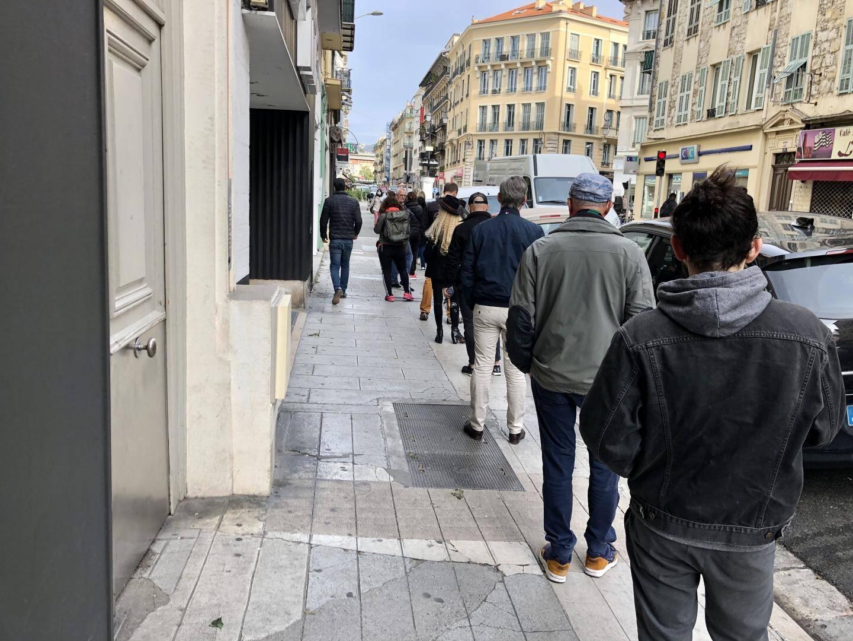 Rue de Lépante, à Nice, la distance sanitaire de sécurité entre les clients d'une boulangerie entraîne une file d'attente de plusieurs dizaines de mètre.