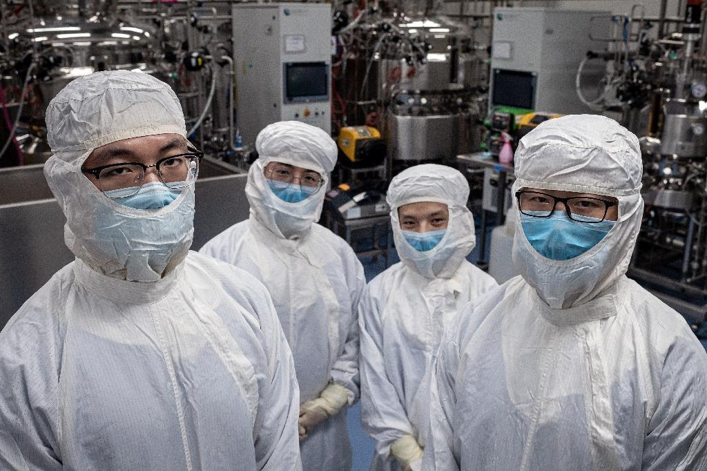Des chercheurs qui travaillent sur un vaccin expérimental contre le nouveau coronavirus posent dans un laboratoire de Sinovac Biothech, à Pékin le 29 avril 2020