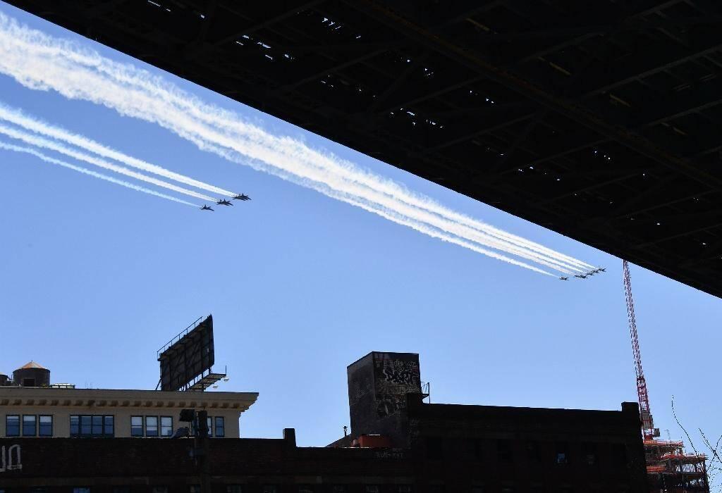 Des avions de l'armée de l'Air et de la Marine américaine survolent New York en hommage aux personnels de santé le 28 avril 2020