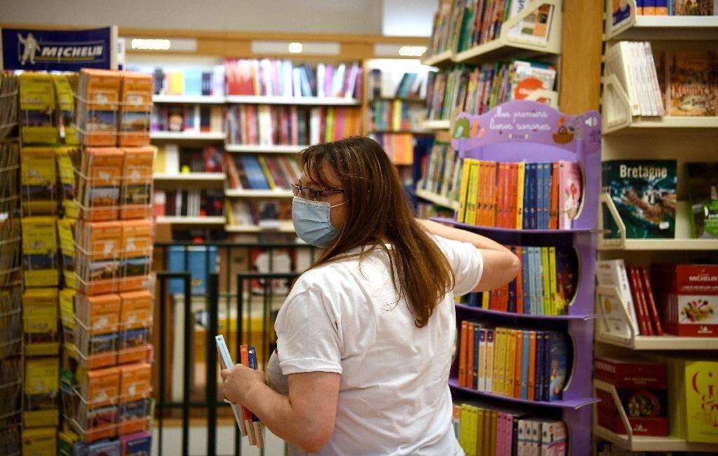 Une vendeuse dans une librairie de Neuilly-sur-Seine, le 23 avril 2020