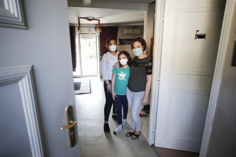 Une fois par semaine Amina reçoit un colis d'urgence que lui dépose Cyria, devant sa porte.