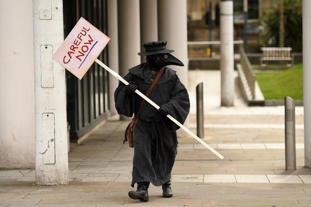 Un homme revêtu du costume des médecins du 17e siècle lors des épidémies de peste, le 21 mars 2020 à Leeds, en Angleterre