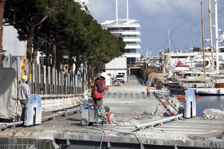 Vendredi 20 mars 2020 à Nice -La principauté de Monaco en confinement en raison de la pandémie de coronavirus - les derniers travaux publics vont s'arrêter, ici sur le port Hercule