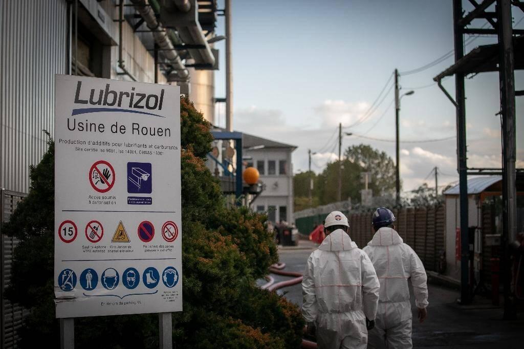 Des agents de sécurité et de nettoyage devant l'usine de Lubrizol au Petit-Quevilly près de Rouen, le 27 septembre 2019