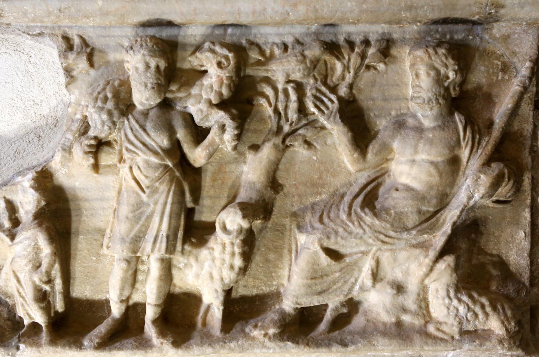 A gauche : un berger portant un bélier, tout un symbole pour les chrétiens.