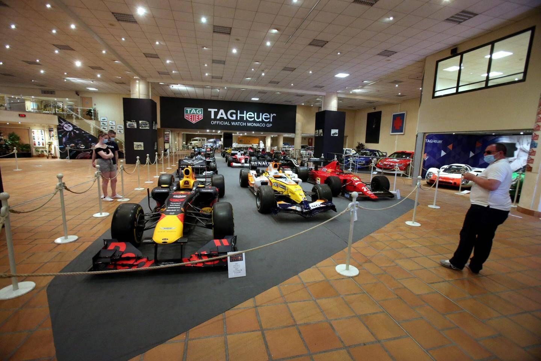Les Formule 1 et quelques voitures de rallye forment une ligne de départ à l'entrée.