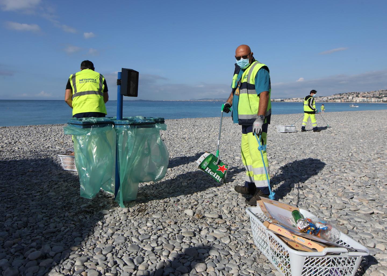 Sur les plages niçoises l'été les corbeilles sont ramassées 3 à 4 fois par jour.