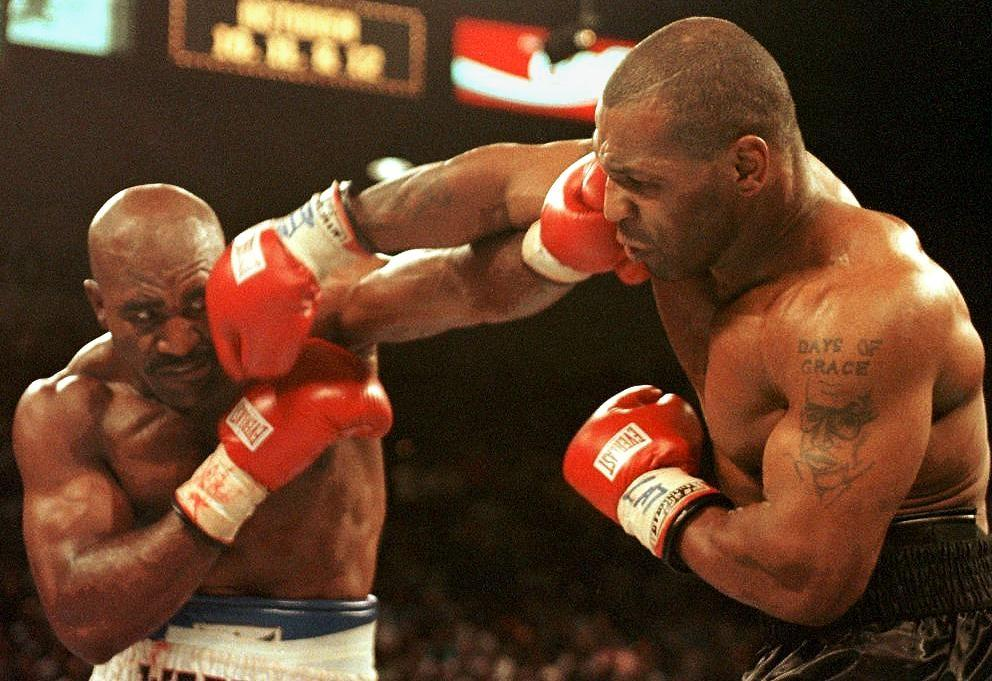 Evander Holyfield et Mike Tyson lors de leur deuxième combat, le 28 juin 1997 à Las Vegas