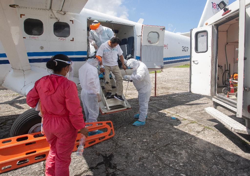 Un travailleur médical présentant des symptomes du Covid-19 débarque à l'aéroport d'Iquitos, en Amazonie péruvienne, le 11 juillet 2020