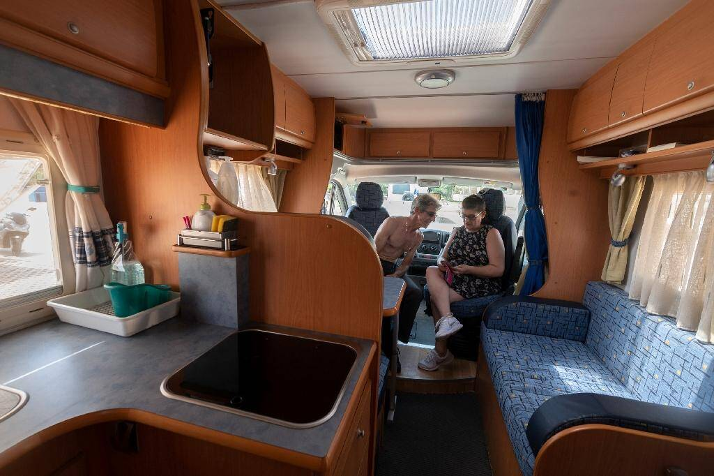 Un couple à bord de son camping car à Castellon, en Espagne, le 4 juillet 2020