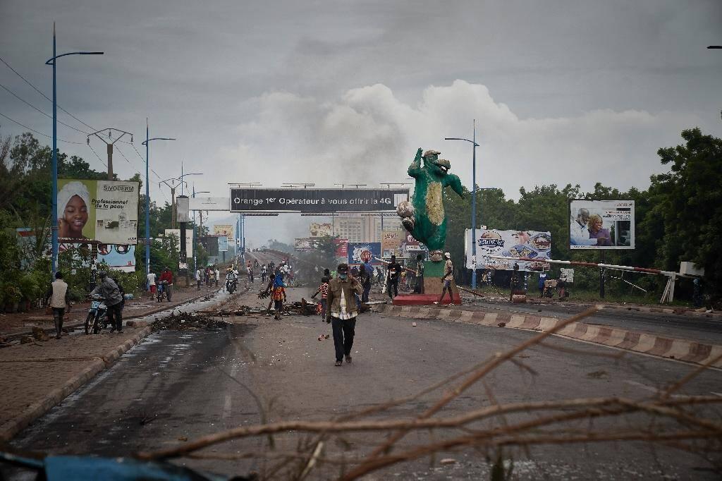 Des manifestants montent des barricades à Bamako, le 11 juillet 2020