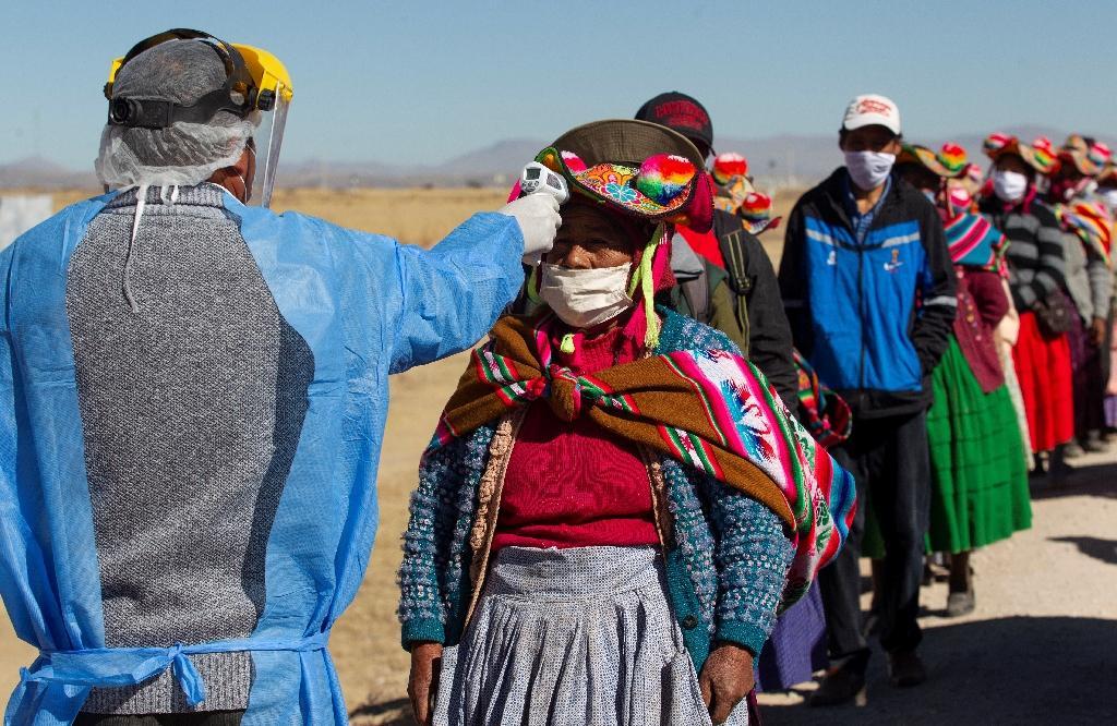 Prises de température d' habitants se rendant au marché de Coata, à 40 km de Puno, au Pérou, une ville proche de la frontière avec la Bolivie, le 8 juillet 2020
