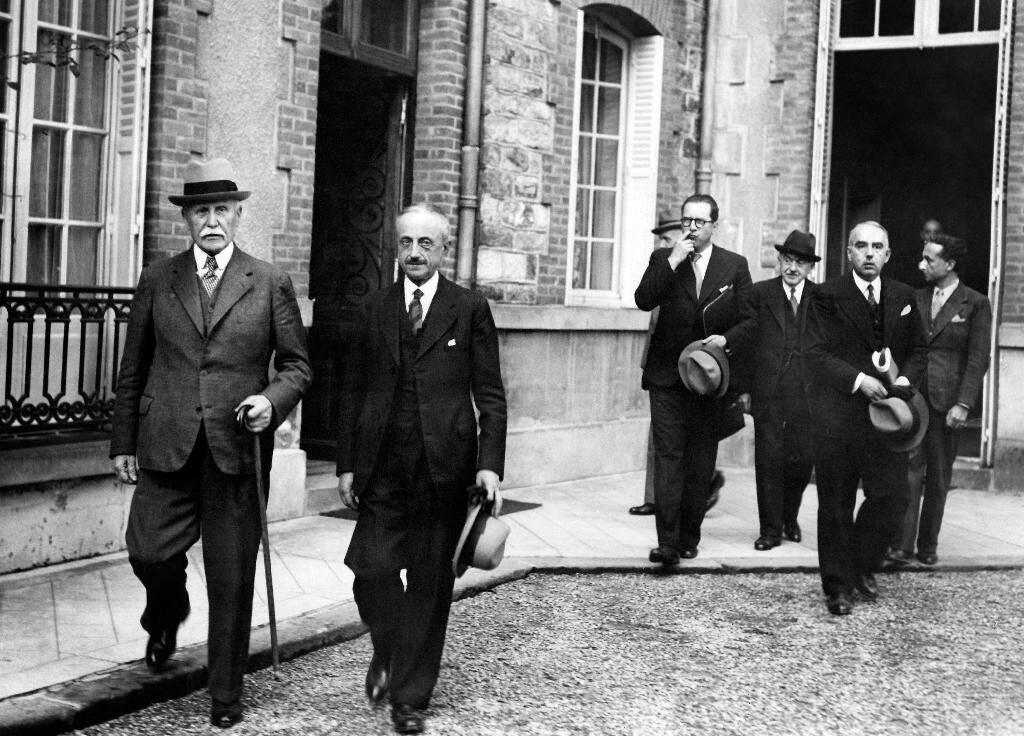 (g-d) Philippe Pétain, chef de l'Etat français, le général Emile Laure, le ministre de l'Intérieur Pierre Pucheux et le directeur du cabinet civil Henry du Moulin de Labarthète à la sortie du conseil des ministres, le 12 août 1941 au Pavillon Sévigné à Vichy
