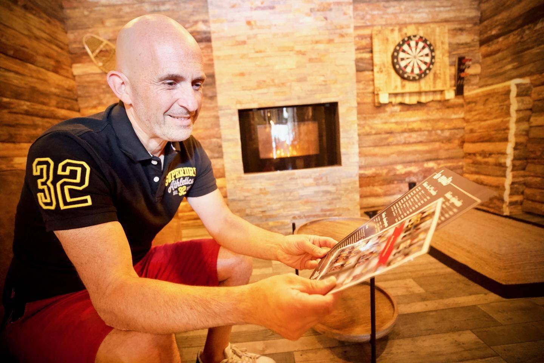 Franck Vatin accueille les joueurs dans une ambiance cosy à souhaits.