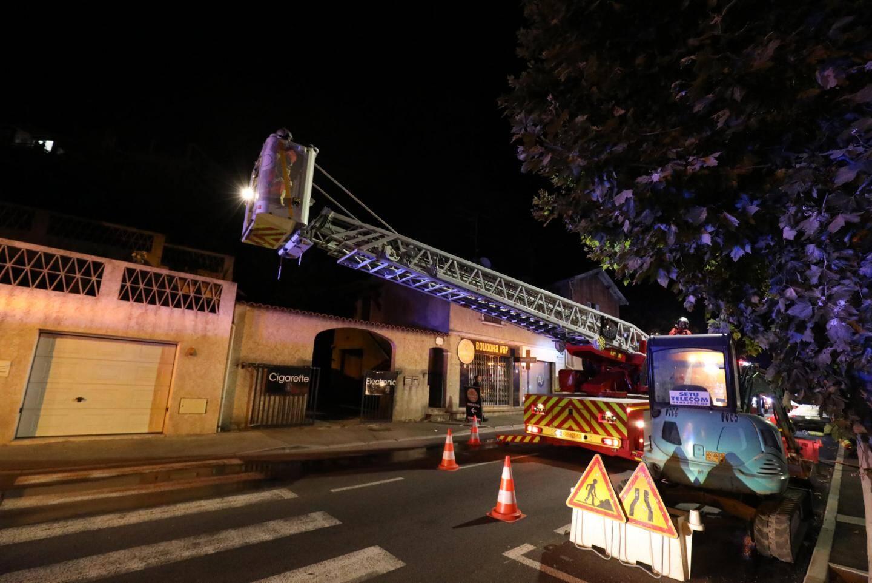 Les sapeurs-pompiers en action pour un feu d'appartement à Saint-Raphaël.