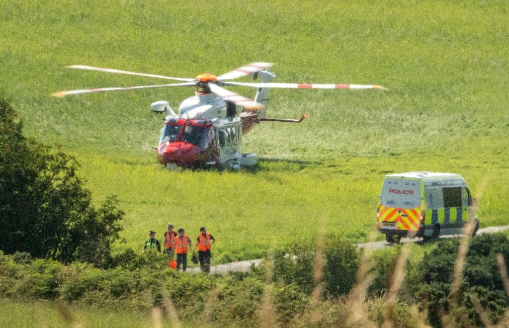Un hélicoptère des services de secours stationné près du site d'un déraillement de train, le 12 août 2020 à Stonehaven, dans le nord-est de l'Ecosse