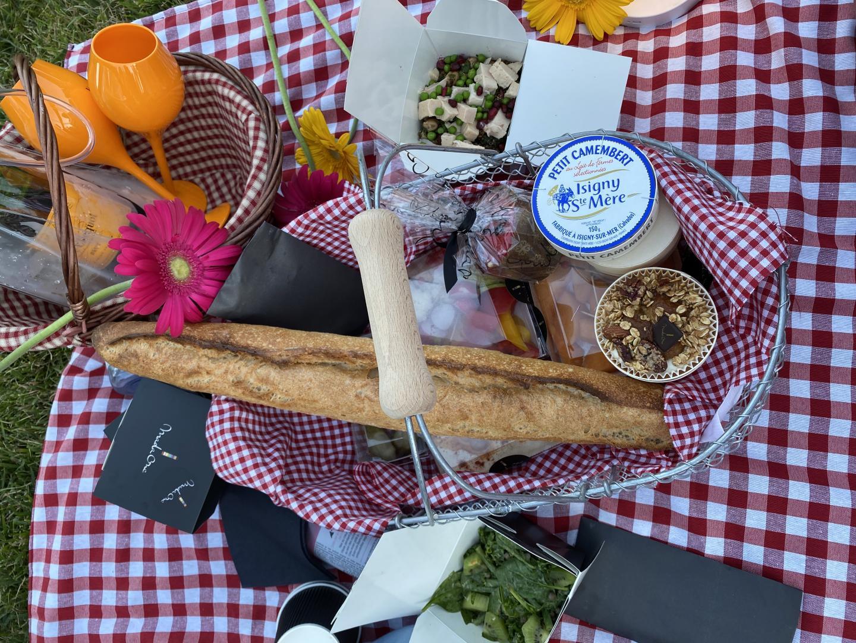 Des paniers bien garnis : salades, fruits, saucisson, fromage et dessert.