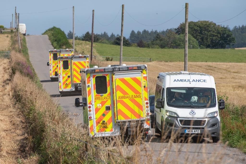 Des ambulances près du site d'un déraillement de train, le 12 août 2020 à Stonehaven, dans le nord-est de l'Ecosse