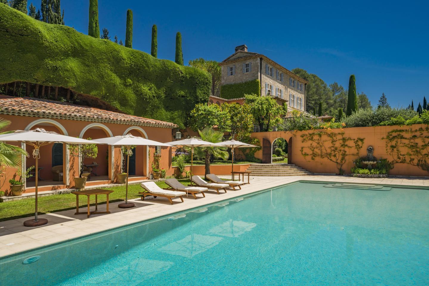Un espace piscine et lounge.