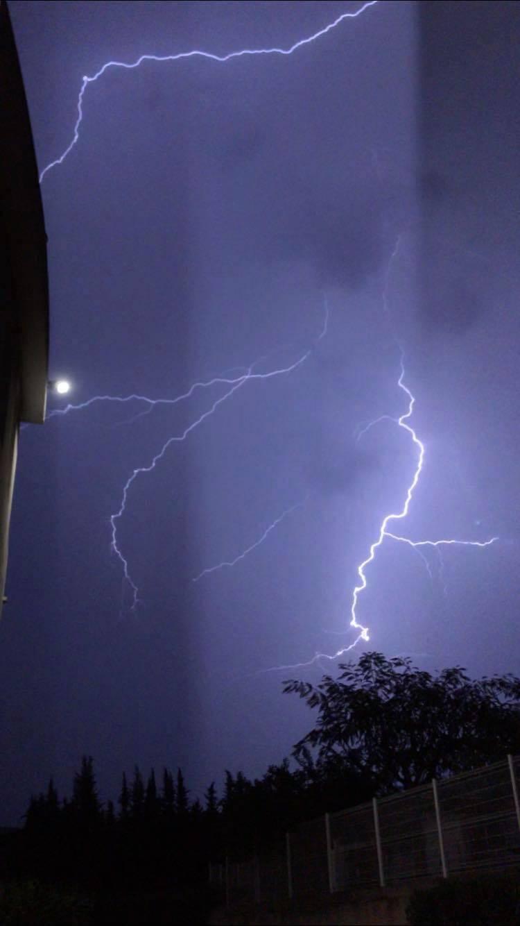 Des éclairs dans le ciel de Mouans-Sartoux.