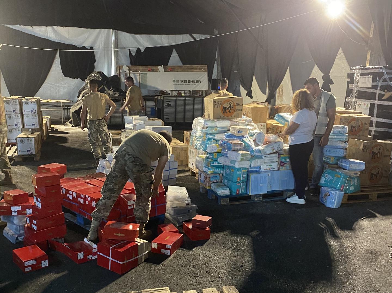 Bouran Hallani et les soldats de l'armée libanaise déchargent le conteneur rempli à Monaco avec l'aide de Didier Deschamps.