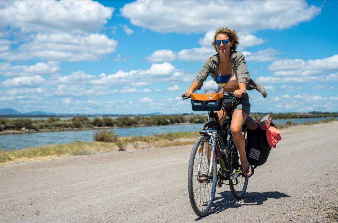 En kayak ou à vélo, Anaëlle Marot, fondatrice du Projet Azur, mène une lutte acharnée contre le plastique régurgité par la Méditerranée. Lors de son passage, elle invite la population à participer à des opérations de ramassage des déchets.
