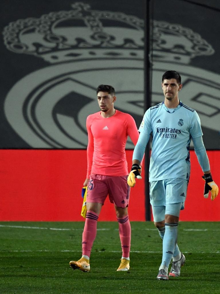 Le milieu de terrain Federico Valverde et le gardien Thibaut Courtois quittent la pelouse après la défaite du Real Madrid contre Cadix, le 17 octobre 2020 à Madrid