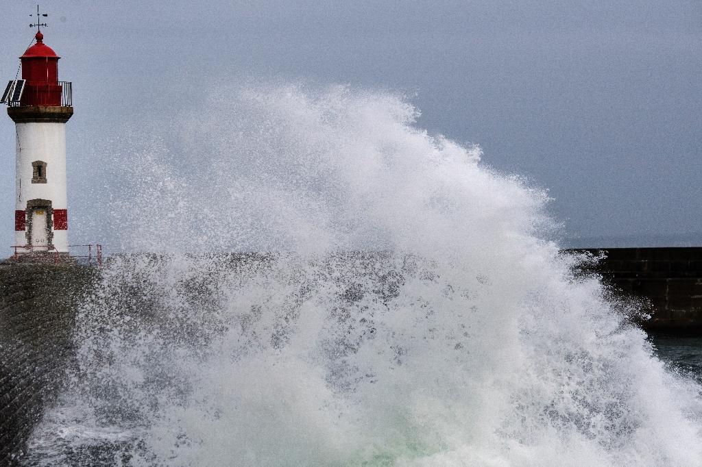 Une jetée de l'île de Groix lors d'une tempête, le 11 mai 2020