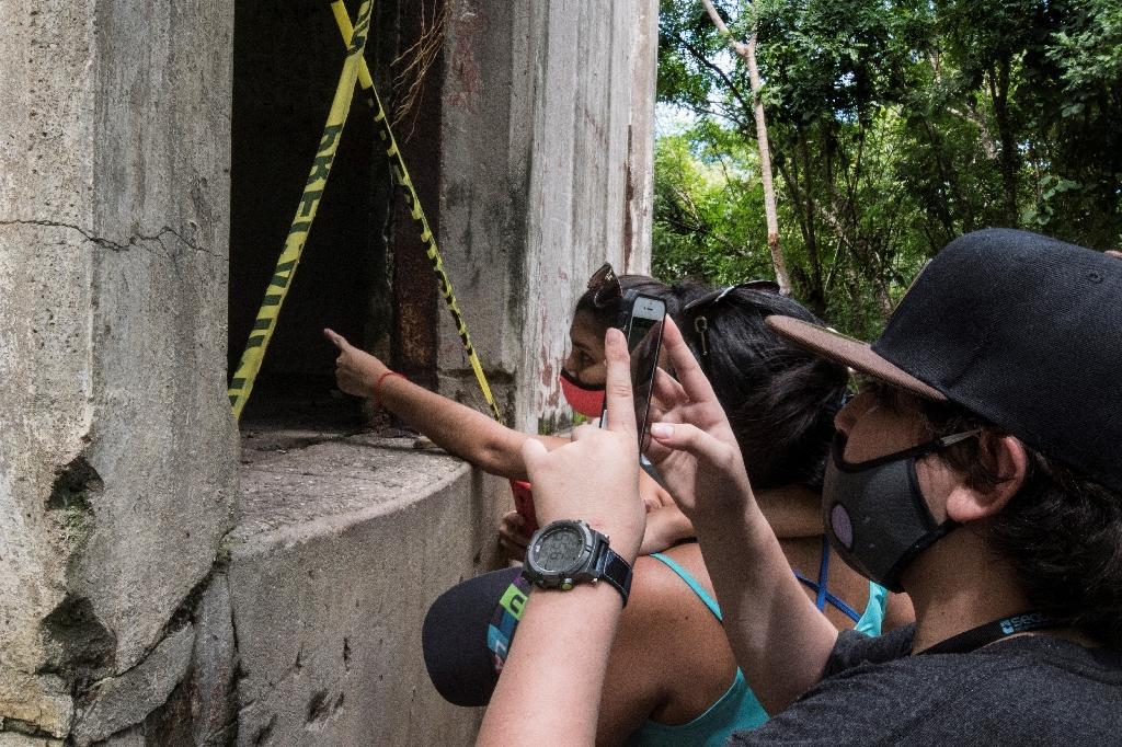 Des touristes visitent l'ancinne prison de l'île de San Lucas, au Costa Rica, le 27 septembre 2020