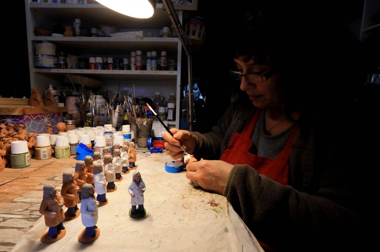 Si Fabienne Pardi réussit à s'en sortir grâceàla vente de ses santons Raoult, elle s'inquiète de l'avenir de certains confrères.