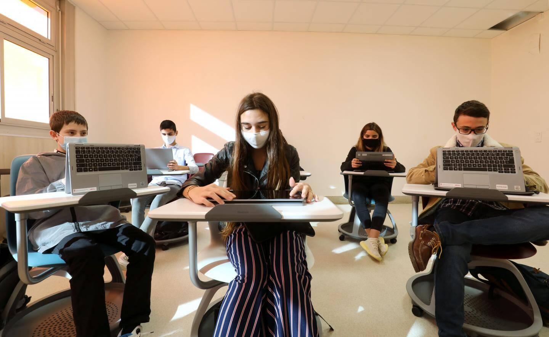 Pour Isabelle Bonnal, le numérique est un outil, et il n'est pas question de balayer le papiers, livres et crayons